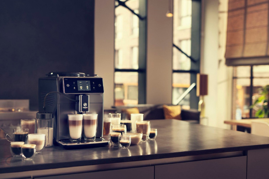 Aparat za kavu Philips Saeco Xelsis na kuhinjskom pultu uz različite vrste kave