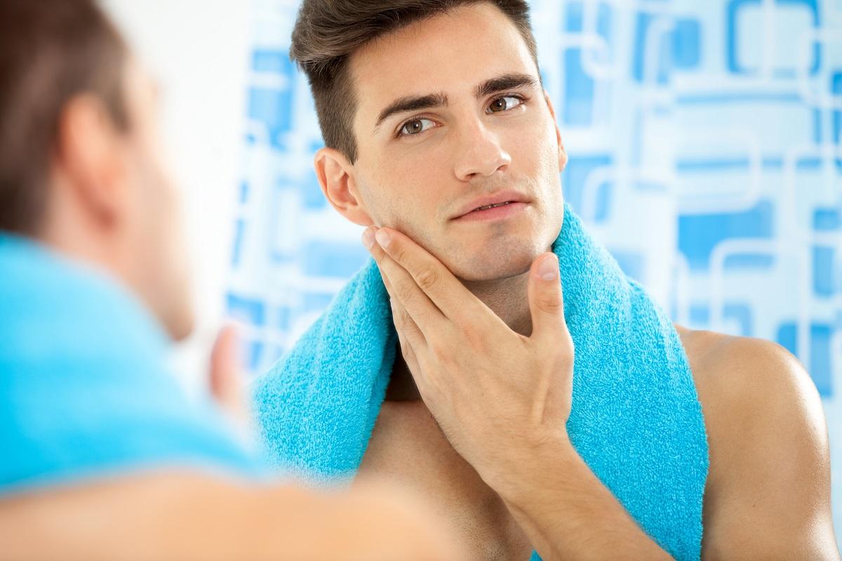 muškarac se brije