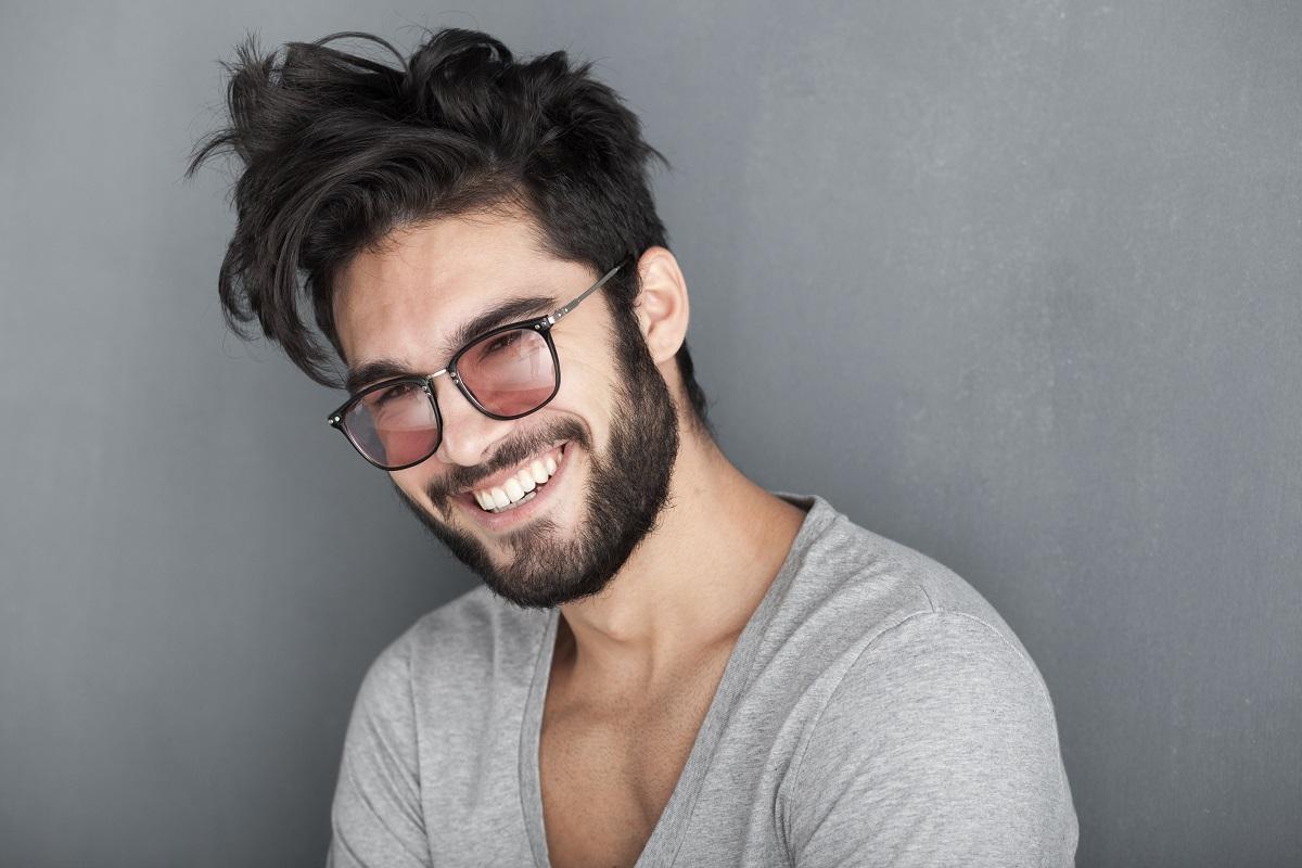 muškarac s bradom se smije