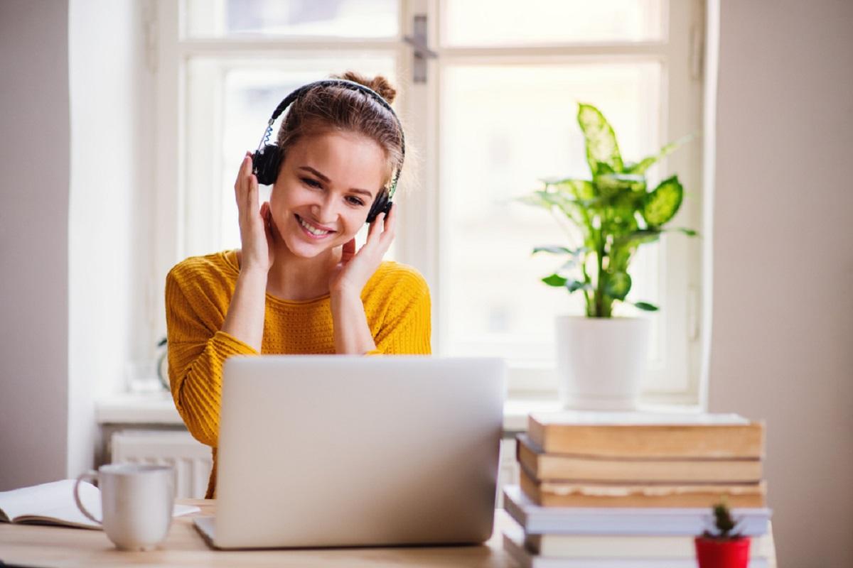slušalice i laptop