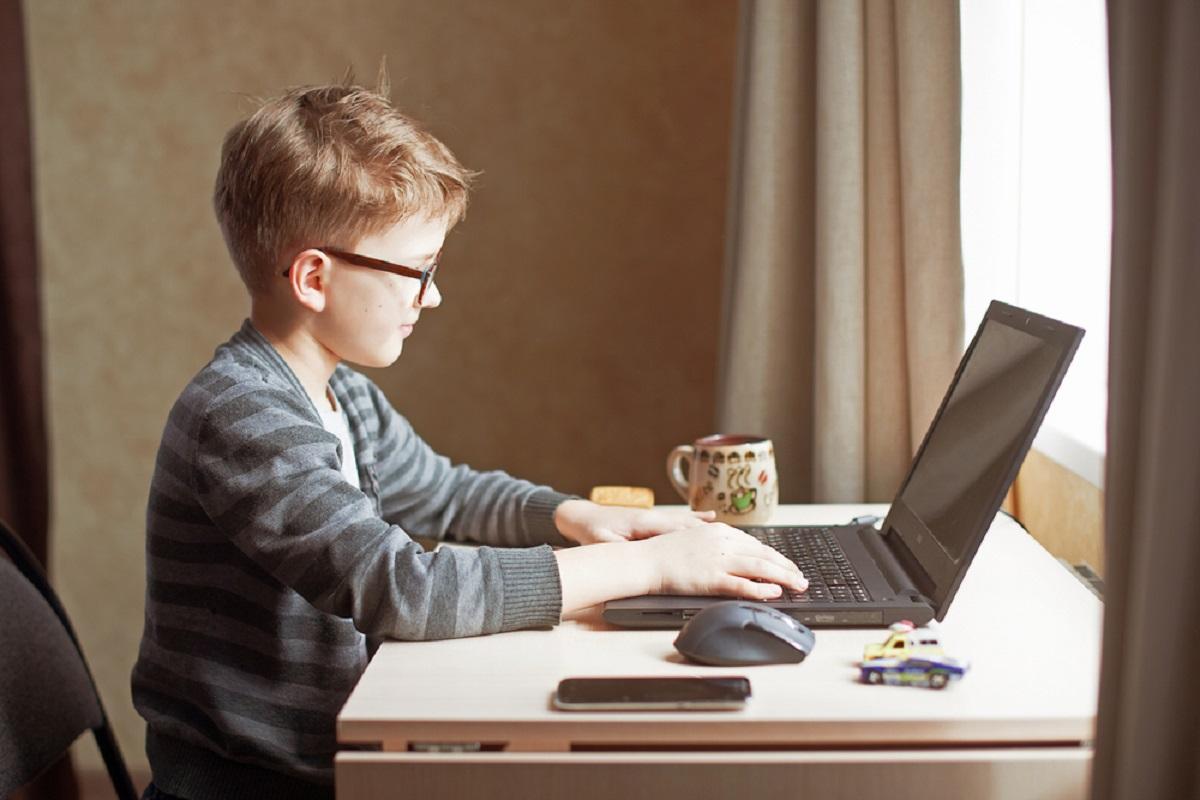 dječak ispred laptopa